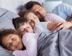 У скільки потрібно лягати спати і вставати? фото